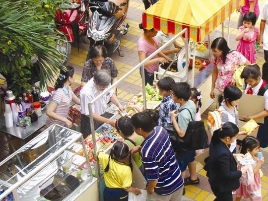Cùng buôn bán nhỏ, nhưng có người phải nộp thuế, có người không. Trong ảnh: Một điểm bán thức ăn cho học sinh. Ảnh: MINH KHUÊ