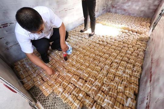 Nhân viên mất hơn 1 giờ để vận chuyển số tiền vào kho. Ảnh: news.qq.com