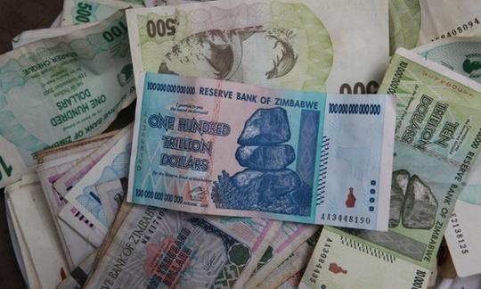 Tờ tiên mệnh giá 100 nghìn tỉ USD Zimbabwe chụp vào năm 2010. Ảnh: AP
