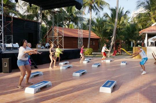 Du khách nước ngoài tại một resort ở Phan Thiết - Ảnh: Đào Loan