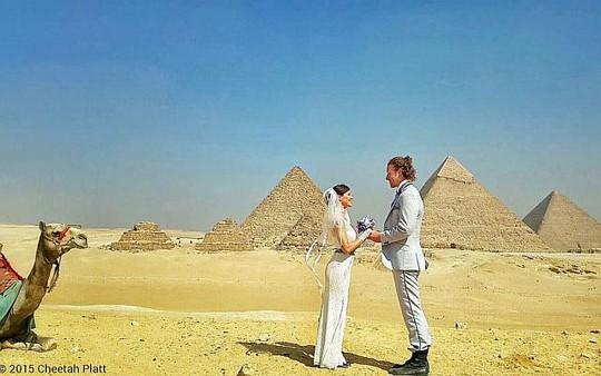Vợ chồng anh Platt chụp hình cưới tại Ai Cập. Ảnh: Facebook