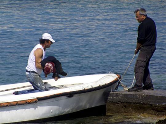 Thi thể một nạn nhân từ vụ chìm tàu. Ảnh: Reuters