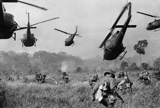 Máy bay trực thăng Mỹ bay phía trên bắn súng máy vào các hàng cây yểm trợ cho lính bộ binh Nam Việt Nam khi họ tấn công quân giải phóng miền Nam Việt Nam cách Tây Ninh 28 km về phía Bắc, gần biên giới Campuchia tháng 3-1965. Ảnh: Horst Faas – Hãng thông tấn AP
