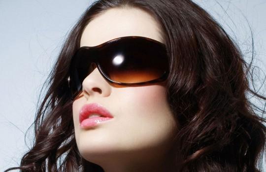 Đeo kính khi ra nắng, đi biển để bảo vệ mắt