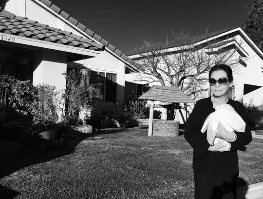 Khánh Ly ôm tro cốt chồng sau tang lễ ở Mỹ