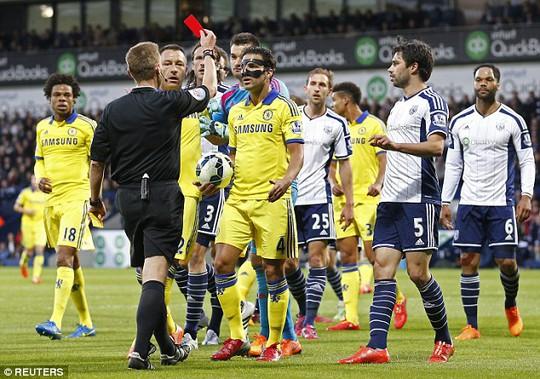 Fabregas nhận thẻ đỏ vài đá bóng vào đầu đối phương