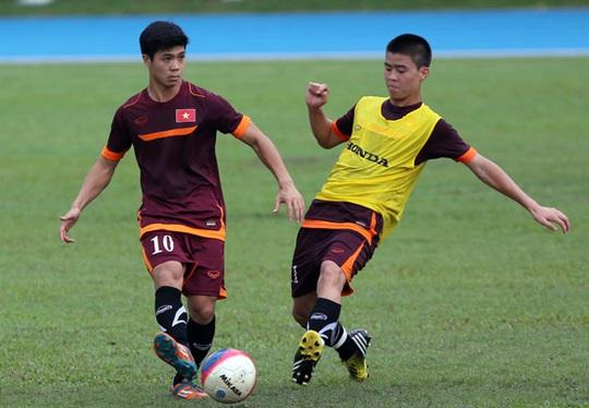 Công Phượng và Duy Mạnh trong một tình huống tranh bóng tại buổi tập chiều nay của U23 Việt Nam