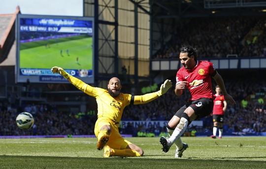 Falcao phá lưới Everton nhưng bàn thắng không được công nhận vì anh bị việt vị