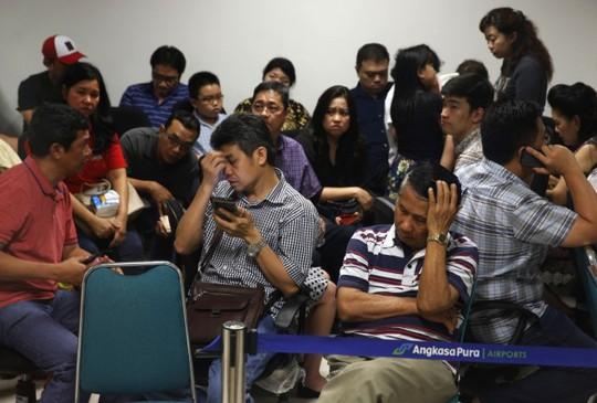 Một số thành viên gia đình nạn nhân bị đuổi khỏi khách sạn. Ảnh: Reuters