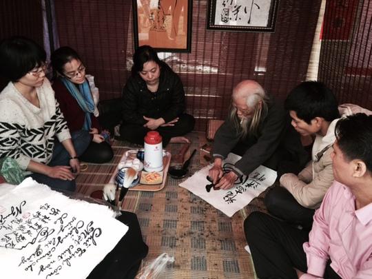 Cây đại thụ trong làng viết thư pháp Việt Nam-TS Cung Khắc Lược đang viết chữ phục vụ người dân Thủ đô Hà Nội. ảnh Yến Anh