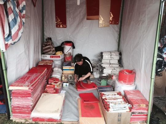 Trong lúc ế khách, nhân viên tranh thủ kiểm tra chuẩn bị các loại giấy để phục vụ viết chữ cho năm mới cho người dân.