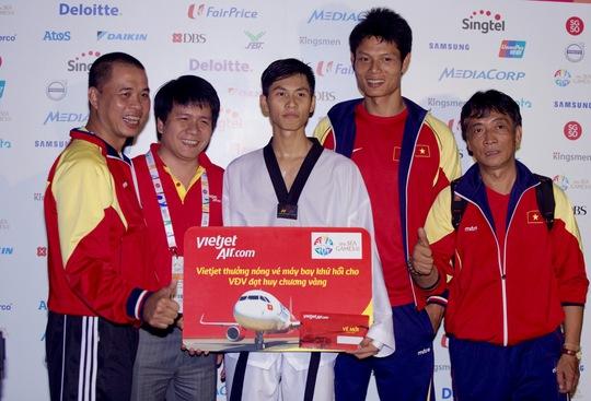 Ông Dương Hoài Nam - Giám đốc văn phòng khu vực miền Bắc Vietjet Air đã trao thưởng nóng cho VĐV Taekwondo Nguyễn Văn Duy