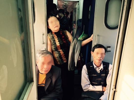 Người cao tuổi, phụ nữ - những đối tượng ưu tiên - cũng phải ngồi ghế phụ ở đoạn nối giữa 2 toa xe hoặc ngủ.... đứng