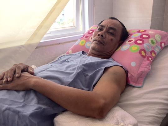 Ông Hoàng đang nằm điều trị tại bệnh viện nhưng không cho con hay.