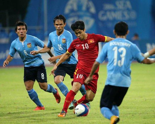 Công Phượng đi bóng giữa rừng cầu thủ Lào