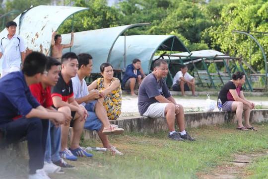 Số ít khán giả đến xem đội tuyển nữ Việt Nam tập luyện