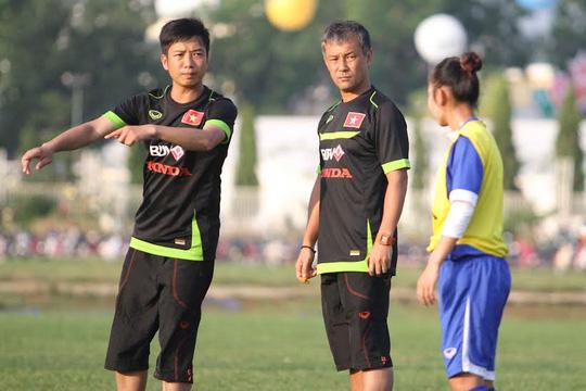 HLV Takashi (giữa) chỉ đạo các học trò
