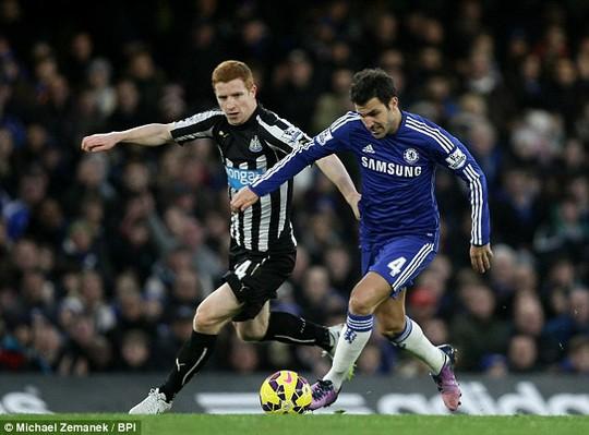 Fabregas trong trận thắng Newcastle ở vòng 21 Giải Ngoại hạng hồi cuối tuần qua