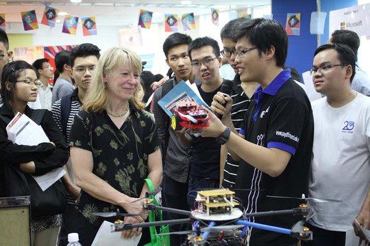 Câu lạc bộ nghiên cứu khoa học Khoa Điện – Điện tử của ĐH Bách khoa TPHCM thuyết trình về sản phẩm. Ảnh: Hoàng Triều