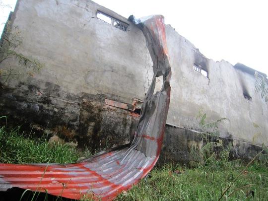 Sau vụ nổ mái tôn lợp kho chứa gas bị bay hoàn toàn
