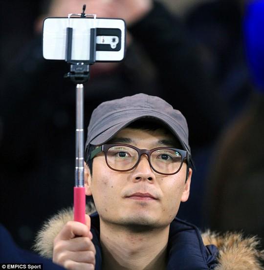 """Arsenal, Tottenham cấm CĐV dùng """"gậy tự sướng"""" trong sân"""