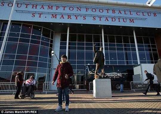 Gây tự sướng xuất hiện bên ngoài SVĐ của Southampton