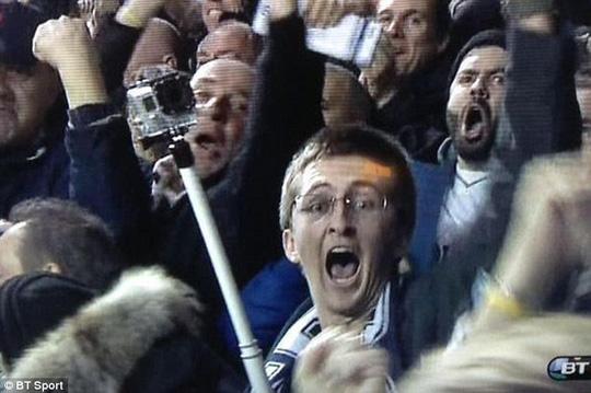 Một CĐV Tottenham mang gậy chụp ảnh vào sân làm ảnh hưởng những người xung quanh