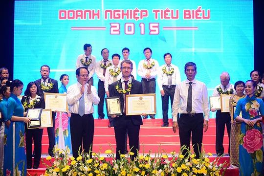 Đại diện Home Credit lên nhận bằng khen của Liên đoàn Lao động TPHCM ngày 29-5