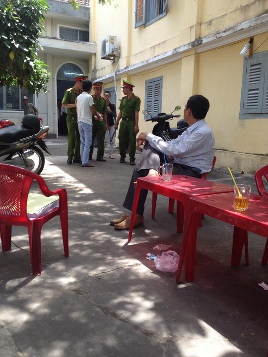 Lực lượng cảnh sát hỗ trợ tư pháp áp giải Trực vào phòng xử án