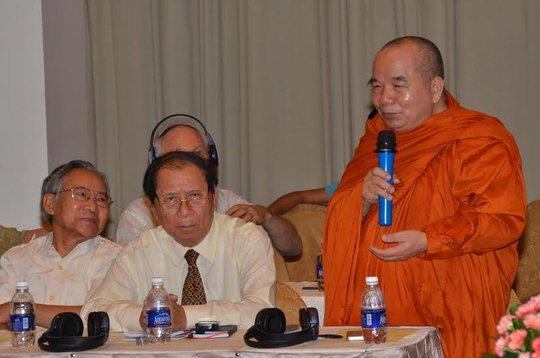 Hòa thượng Thích Thiện Tâm trao đổi với những người bạn quốc tế ủng hộ Việt Nam tại hội nghị. Ảnh: Tấn Thạnh