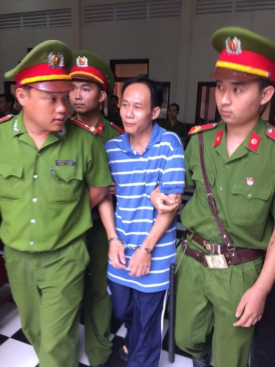 Bị cáo Huỳnh Văn Tấn bị dẫn giải sau khi tòa tuyên án tử hình