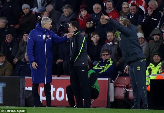 """Xuống sân """"hỏi tội"""" Wenger, fan Arsenal trả giá đắt"""