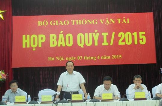 Thứ trưởng Nguyễn Hồng Trường (đứng) chủ trì buổi họp báo
