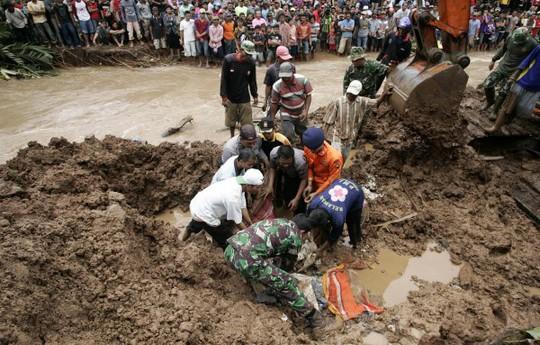 Các vụ sạt lở thường xảy ra tại Indonesia vào mùa mưa. Ảnh: EPA