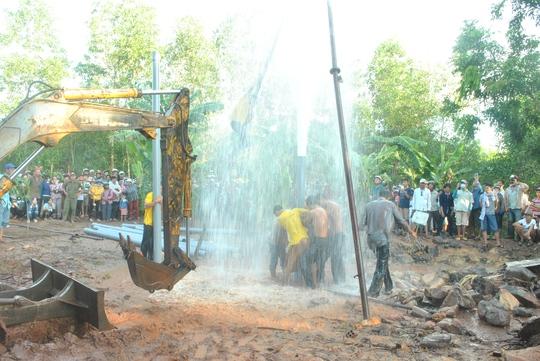 Nhiều công nhân được huy động để khống chế độ cao của nước