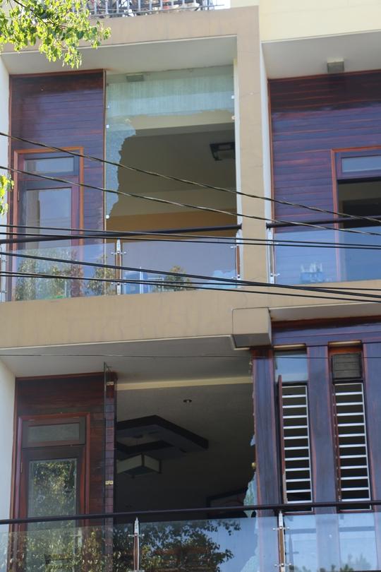Nhiều tài sản trong quán ăn và một số nhà dân bên cạnh bị ảnh hưởng.