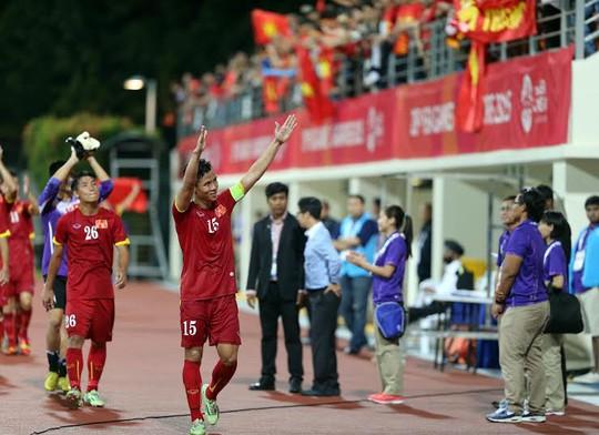 Đội trưởng Quế Ngọc Hải chia vui cùng CĐV sau trận đại thắng Malaysia