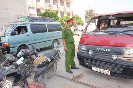 Hai xe ô tô bị tạm giữ tại cơ quan công an