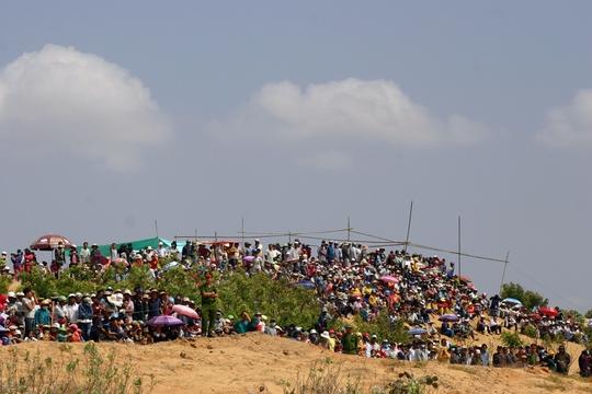 Hàng ngàn người dân địa phương đền dự khán