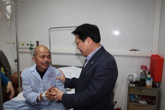 Nghệ sĩ Hán Văn Tình xúc động muốn khóc khi Thứ trưởng Vương Duy Biên đến thăm