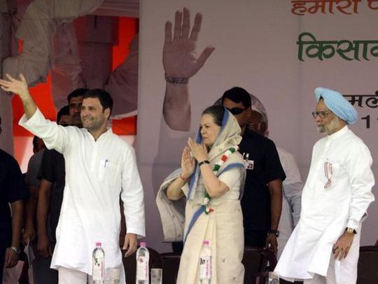 Ông Rahul Gandhi (bìa trái) cùng mẹ, bà Sonia Gandhi (giữa) và cựu Thủ tướng Manmohan Singh tại cuộc tuần hành hôm 19-4 _Ảnh: THE HINDU