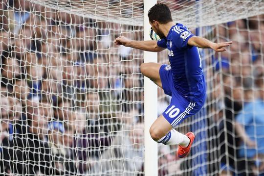 Hazard đệm bóng dội xà ngang trong tư thế khó, bỏ lỡ cơ hội ghi bàn thứ hai
