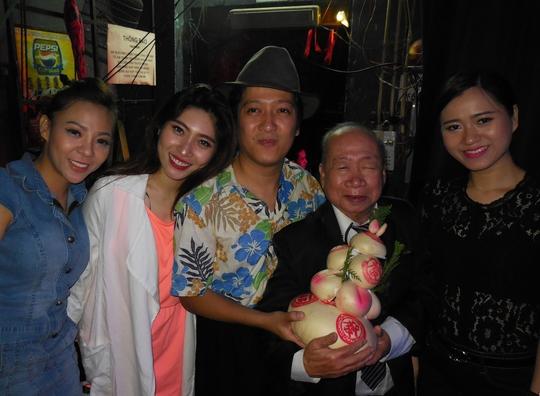 Danh hài Tùng Lâm nghẹn ngào trong đêm mừng thọ