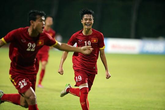 Thanh Hiền (trái) ăn mừng bàn thắng đầu tiên tại SEA Games
