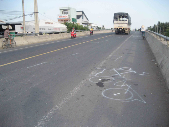 Hiện trường cho thấy tài xế xe Tân Thanh Thủy đã vượt sát lề trái, cách lan can cầu khoảng 4 tấc nên mới gây ra tai nạn thảm khốc.