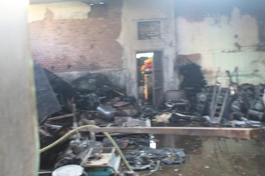 Phía trong nhà bị lửa thiêu rụi