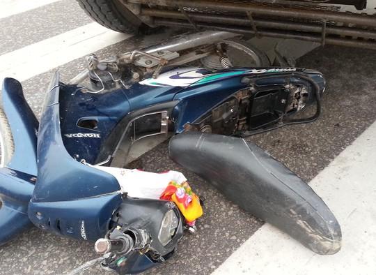 Xe máy của nạn nhân bị xe tải cuốn vào gầm.