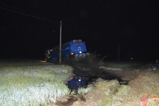 Chiếc xe bồn nằm giữa ruộng sau khi tông chết 3 người