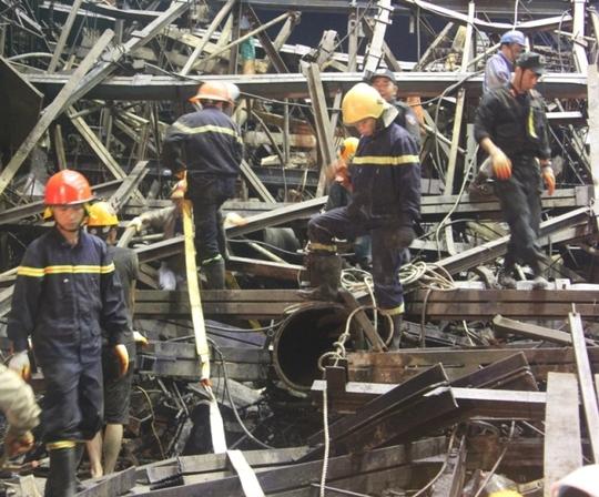 Sập giàn giáo Formosa: Đang giải cứu 2 công nhân dưới đống sắt