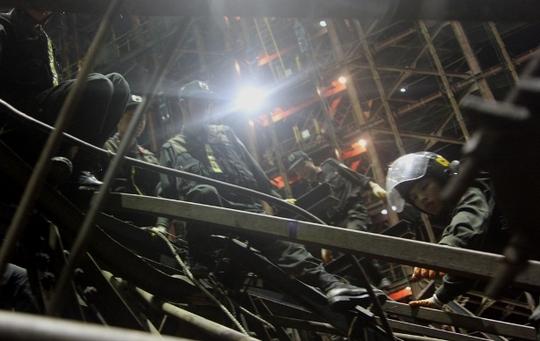 Lực lượng cứu hộ đang nỗ lực tìm kiếm, giải cứu công nhân đang mắc kẹt dưới các khối thép